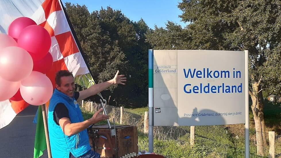 """Bens parkeerde fiets net over de grens van Gelderland in Herveld. """"De actie is nu al geslaagd. Mensen zien de vlag en zeggen hardop 'Blij met een Ei' en dan verschijnt er een glimlach."""" Opvallend vindt hij het verschil tussen aandacht in dorpen en de stad"""