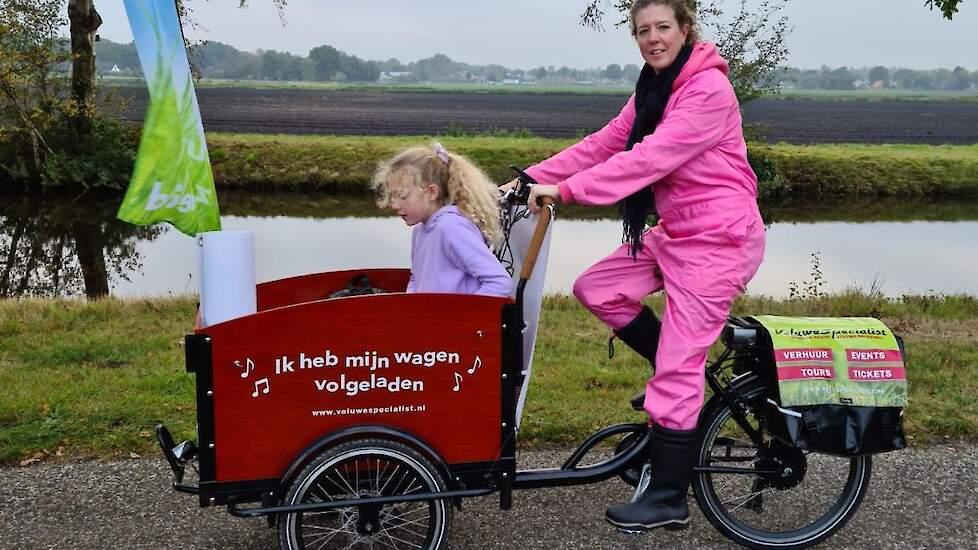 Mariska Oving, mmmEggie en legpluimveehoudster in Odoornerveen fietste met dochter Elisa in de bakfiets met eieren. Tussendoor een interview voor de regionale tv die deze fanatieke mmmEggie inmiddels goed weten te vinden.