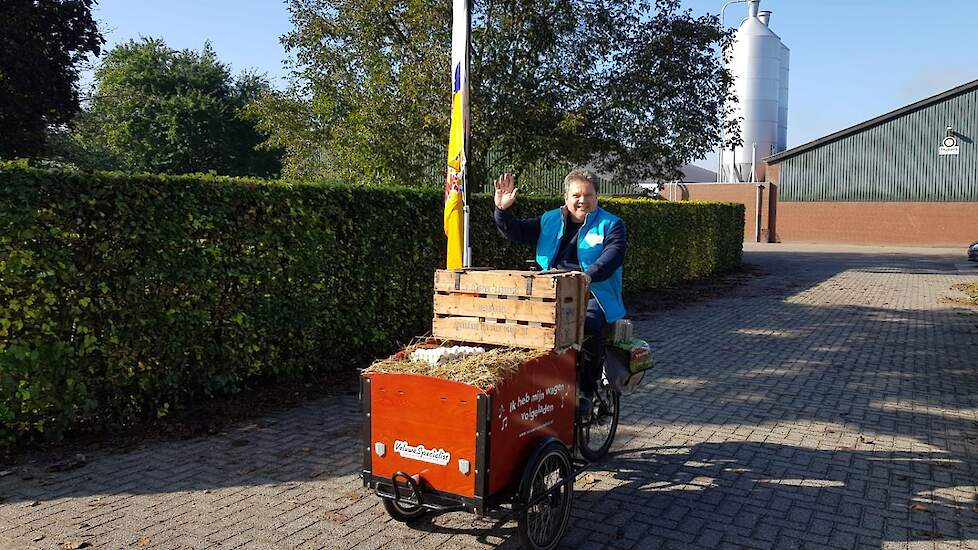"""Eric Hubers fietste vrijdagochtend vanaf zijn pluimveebedrijf in het Limburgse Ysselsteyn naar het Brabantse Asten-Heusden. """"Ik kreeg veel bekijks onderweg. Mensen waren heel enthousiast. Leuk om te doen. Gezellig een kop koffie gedronken bij collega Fran"""