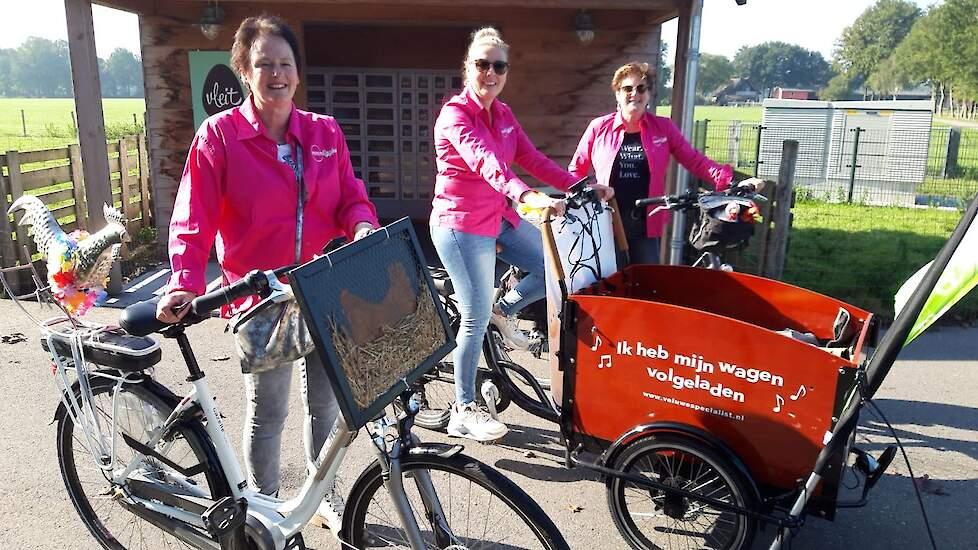 """mmmEggie Marjan  van de Vis uit Barneveld fietste de laatste kilometers, vergezeld door haar schoonmoeder en tante. """"Super mooi initiatief van verschillende stichtingen, organisaties en sportieve pluimveehouders met allemaal hetzelfde doel, het ei letterl"""
