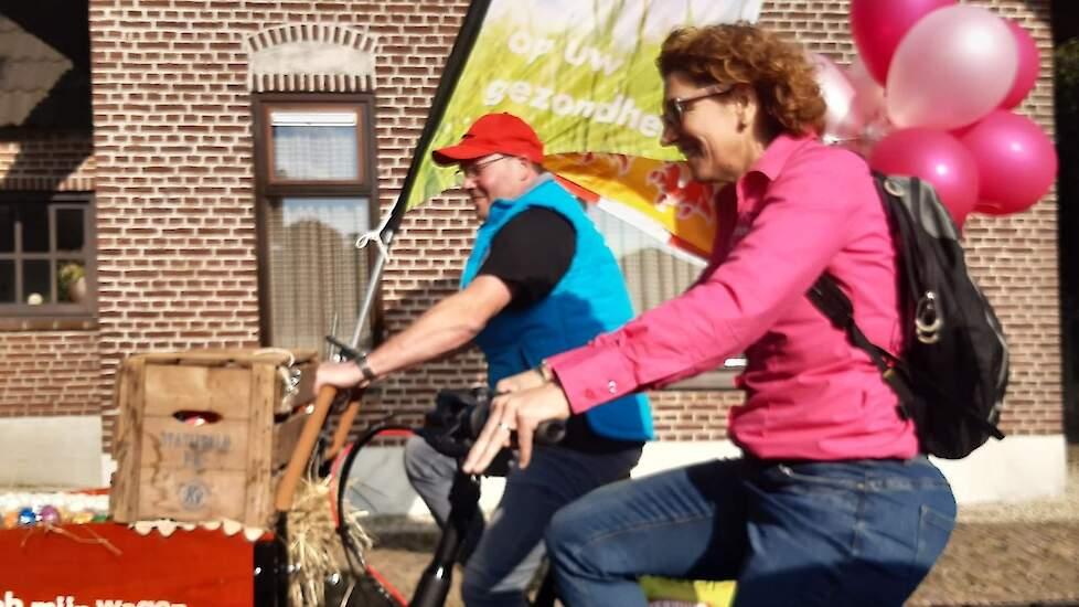 """Legpluimveehouder Koen van de Kerkhof en zijn vrouw en mmmEggie Lian fietsten samen van Rijkevoort naar Haps. """"Extra aandacht voor het ei is goed. Het is tenslotte superfood; boordevol vitamines en past in elk dieet. Het is goed dat iedereen dat weet"""", ze"""