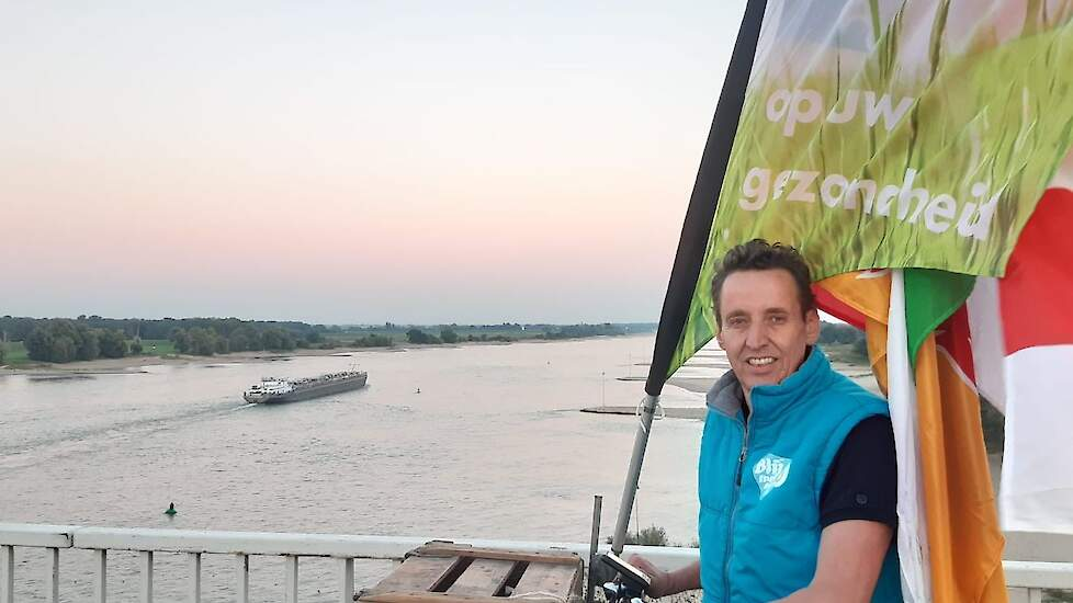 """Hugo Bens, legpluimveehouder uit Haps en voorzitter van Blij met een Ei, fietste over de brug bij Heumen en kwam zo Gelderland binnen. """"Iedereen toetert of zwaait, het is geweldig!"""""""