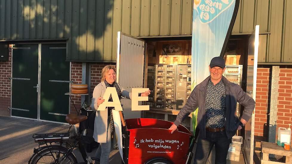 Jan Vlastuin uit Dalfsen fietste vrijdagmiddag naar Oene. Elke fietser neemt een letter mee in de bakfiets naar Barneveld. De slagzin volgt zaterdag.