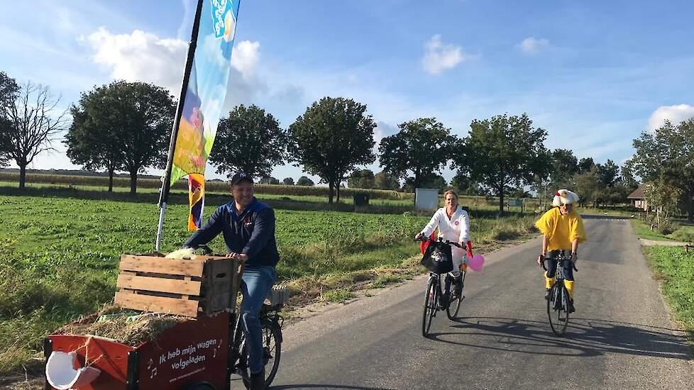 """De Limburgse pluimveehouders fietsten samen verder. 'Echt een geweldig gezellige dag. Ook makkelijk met meerdere mensen want die grote vlag kon niet onder alle Limburgse bruggetjes door"""", zegt Vera."""